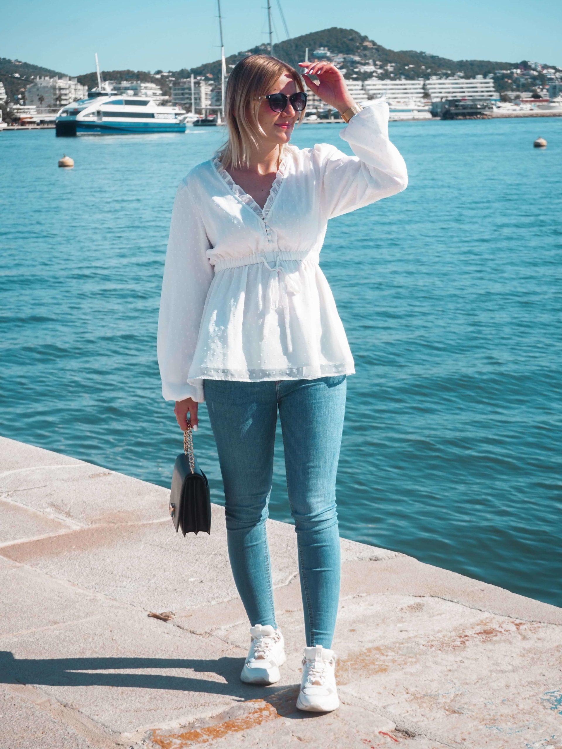 Mein liebstes Frühlingsoutfit mit weißer Bluse, Jeanshose und Sneaker