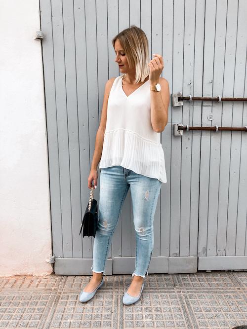 Das perfekte Frühsommer Outfit mit weißer Bluse, Jeanshose und Ballerinas