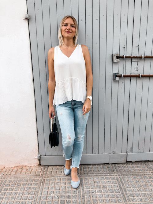 Outfit-Idee im Sommer mit weißer Bluse, Jeanshose und Ballerinas