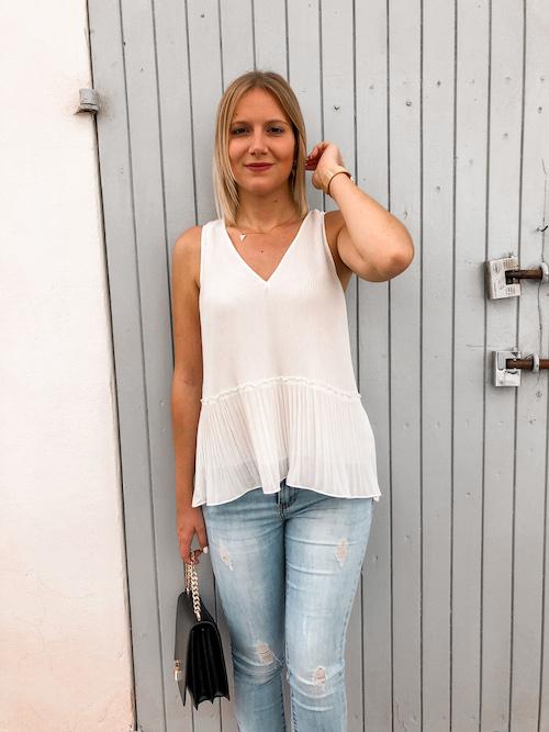 Mein Frühsommer Outfit mit weißer ärmelloser Bluse und Jeanshose